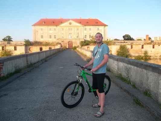 Holíč 04.júl - Na potulkách Holíčom sme pri zámku stretli nášho Michala na bicykli - jáj na kole, aby sa neurazil. Tu asi len ja jazdím na bicykli, všetci na kolách.