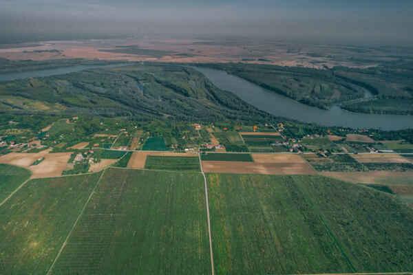 pohľad z Erdutu na oblasť, v ktorej je Zelený - https://www.erdutski-vinogradi.hr/index.php/en/about-us/the-erdut-terroir