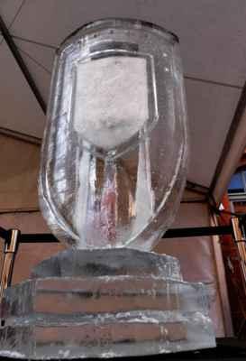 ... dva ledové štíty po obou stranách ledového baru ....