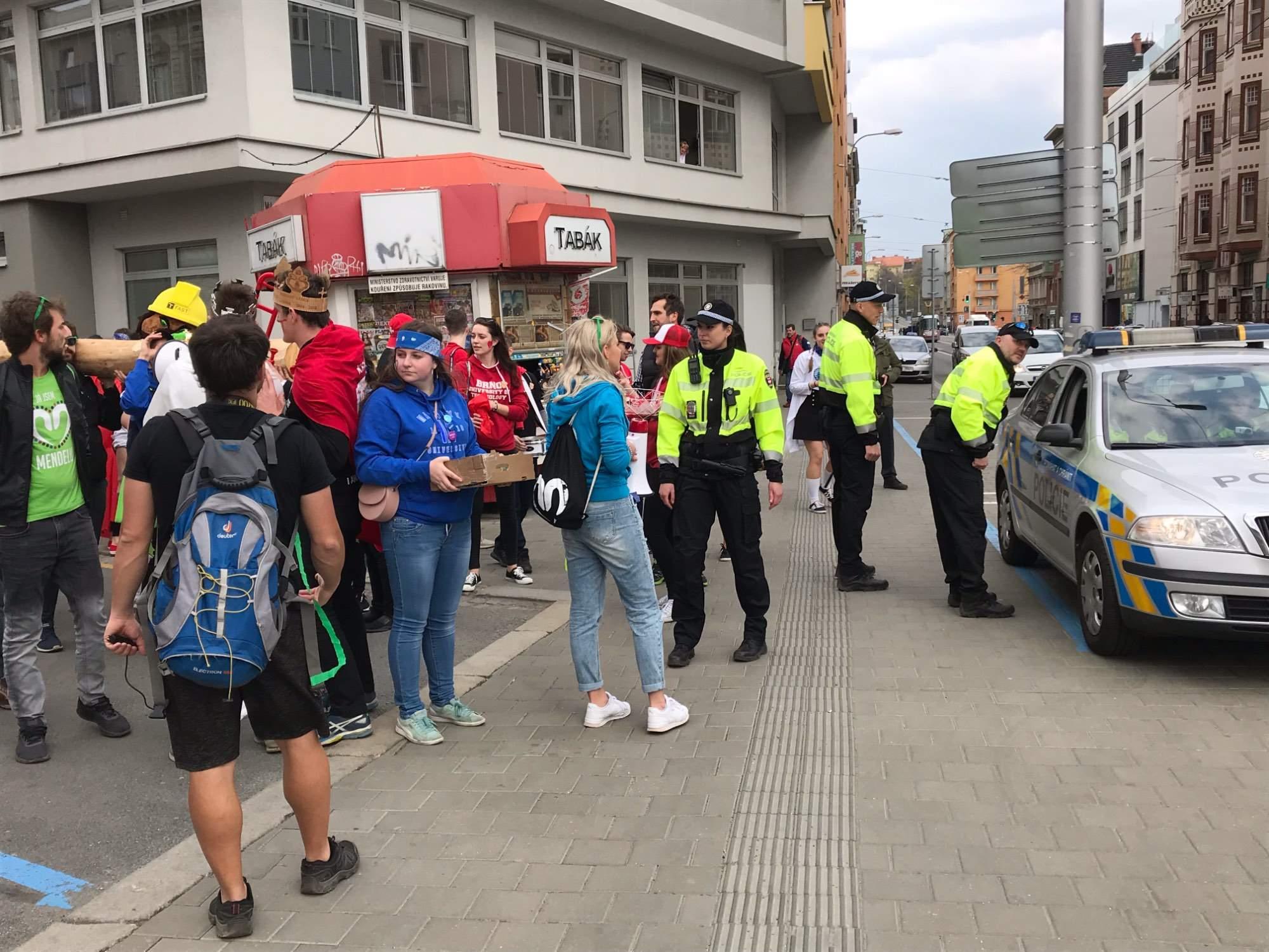 Na průvod dohlíželi strážnici i policisté. Foto: Vendula Kocandová