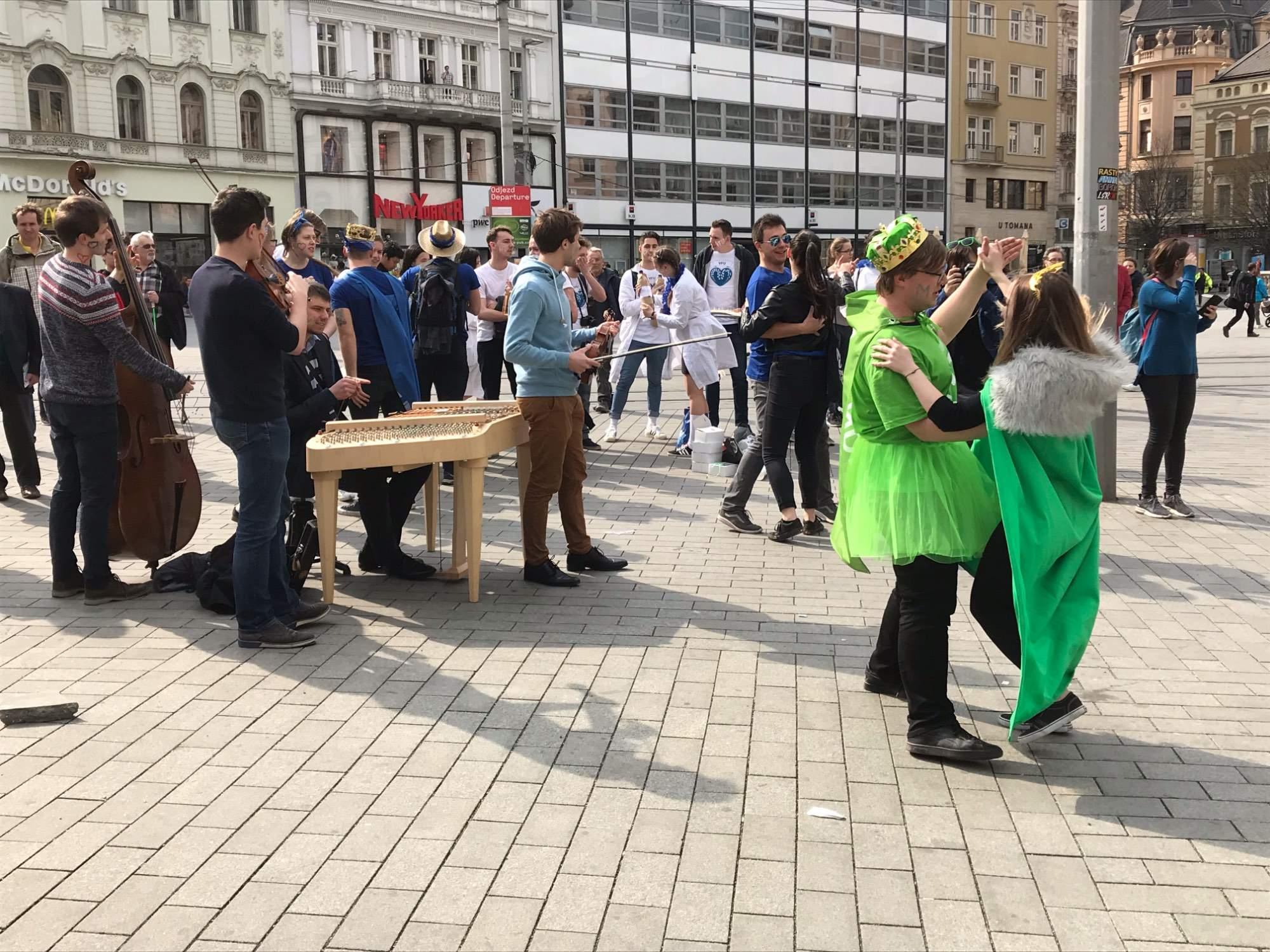 K poslechu a tanci hraje Cimbálová muzika Pazúr. Foto: Vendula Kocandová