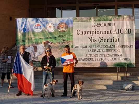 A už konečně jsme na šampionátu našich malých kamarádů - bretaňských ohařů. Letos poprvé vyslal náš klub kromě reprezentačního družstva -to čítalo jen dva psy - Jidaïe de Passemarais a Clint di Rio Chiaro, oba vedené slečnou Petrou Janíkovou), také rozhodčího do mezinárodní poroty.