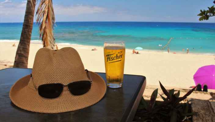 cestovatelské zátiší - klobouk a pivo