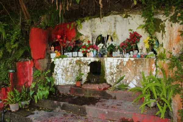 v džungli jsou i modlitební oltáře abychom se ve zdraví vrátili z výšlapu
