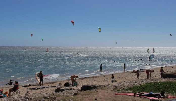 na pláži mají kiteři závody