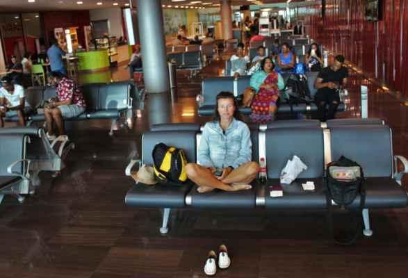 čekáme na letadlo, my dva a ostatní Kreolové