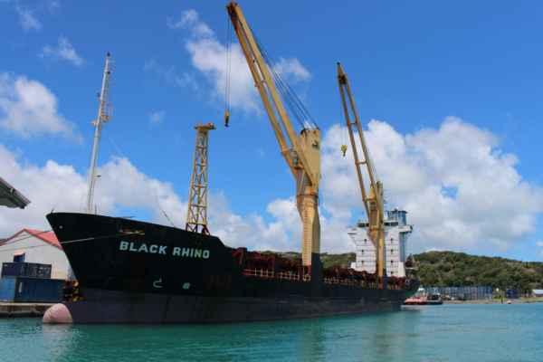 přístav, kam připlouvají zásobovací lodě z Mauriciu