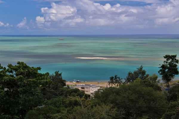 kolem ostrova je obrovský korálový reef