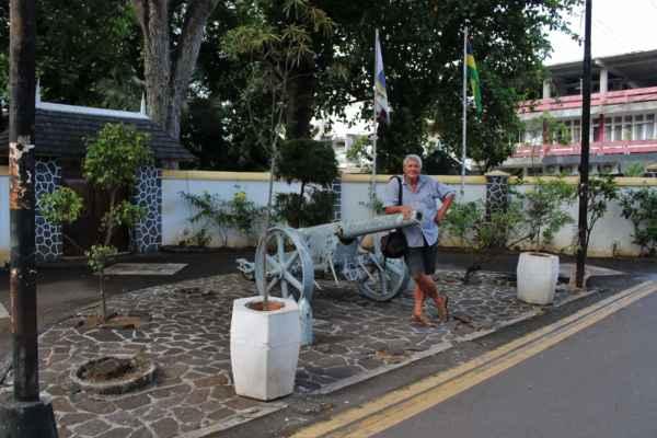 v centru Port Mathurinu hlídají děla a Roman dům guvernéra