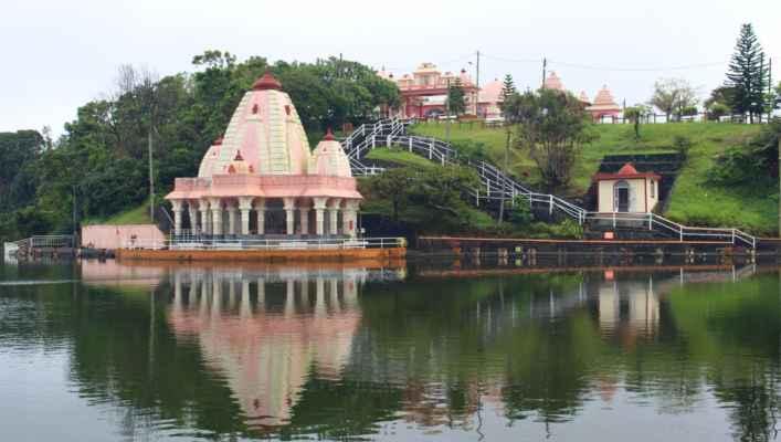 chrám stojí na břehu jezera Grand Bassin