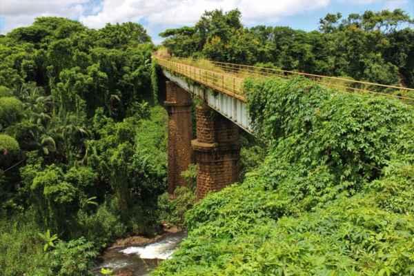vnitrozemí a most po kterém jsme jeli naším autíčkem - vydržel
