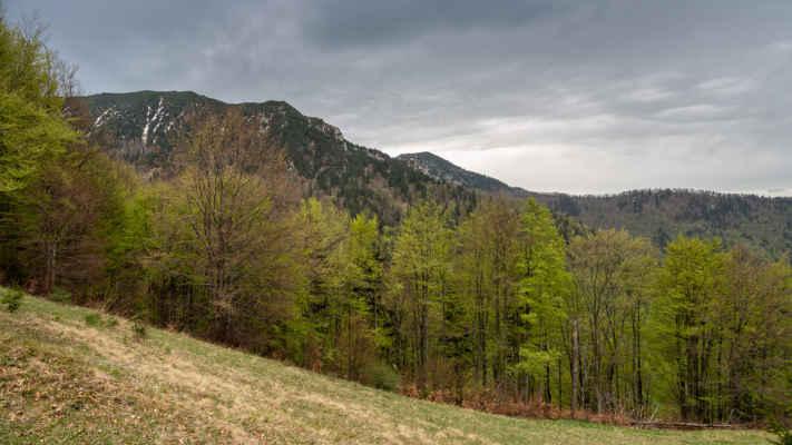Vpravo Suchý 1468 m n. m. nad ktorým to už celkom pekne tmavne, naozaj najvyšší čas na návrat do doliny