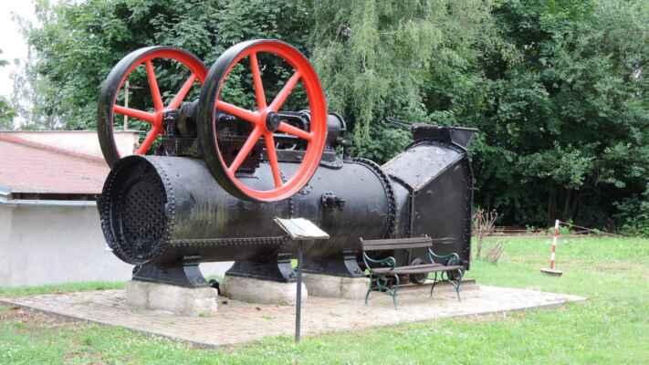 Toto torzo lokomobily je z bývalé elektrárny. Sloužily tam dvě, jedna je ještě na původním místě.