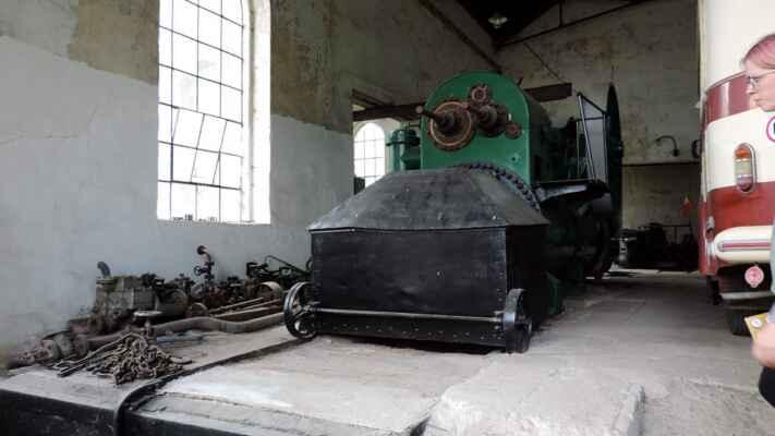A to je ta druhá, původní lokomobila. Elektrárna byla zrušena když byla obec elektrifikována.