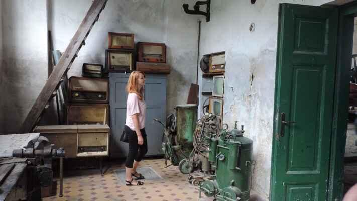 Dílna údržby, schody nahoru vedou do kanceláře původního majitele.