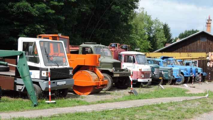 Většina těchto vozidel je známá. Vibrační válec nejspíše z N. Města, Praga V3S, Avia a přikrčená Praga RN.