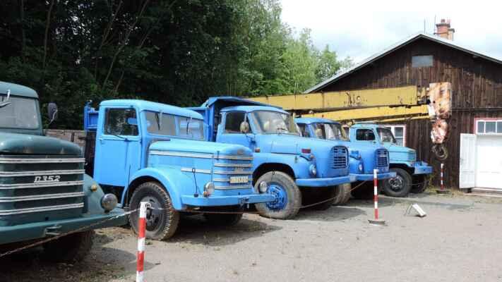 V popředí vozy Czepel z Maďarska, v pozadí Tatry 148. Předchůdce Tatra 138 měla kulatější masku. Vzadu Praga V3S, tentokrát s jeřábem.