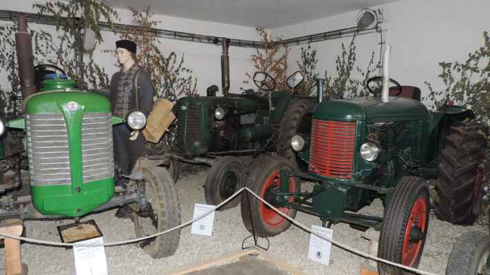Opět nějaké traktory. Že by v pozadí byl filmový Koudelka?