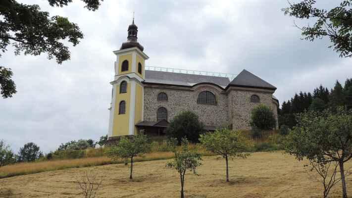 Profláknutý Neratov s kostelem Nanebevzetí Panny Marie.