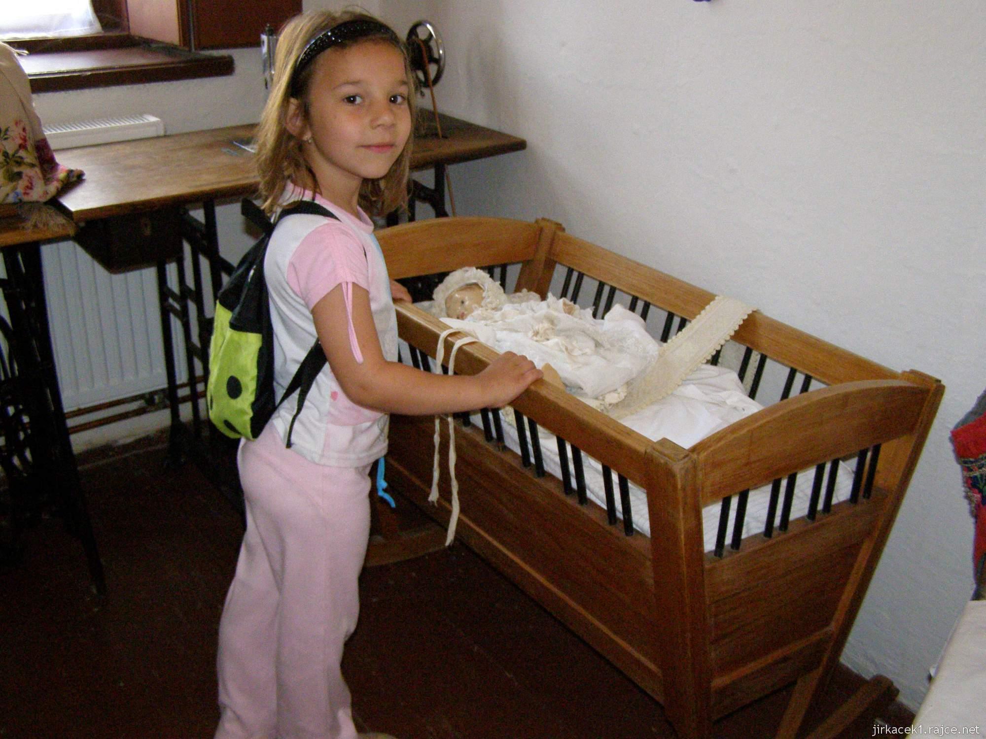Hanácké skanzen Příkazy - exponáty - šicí stroj a kolébka