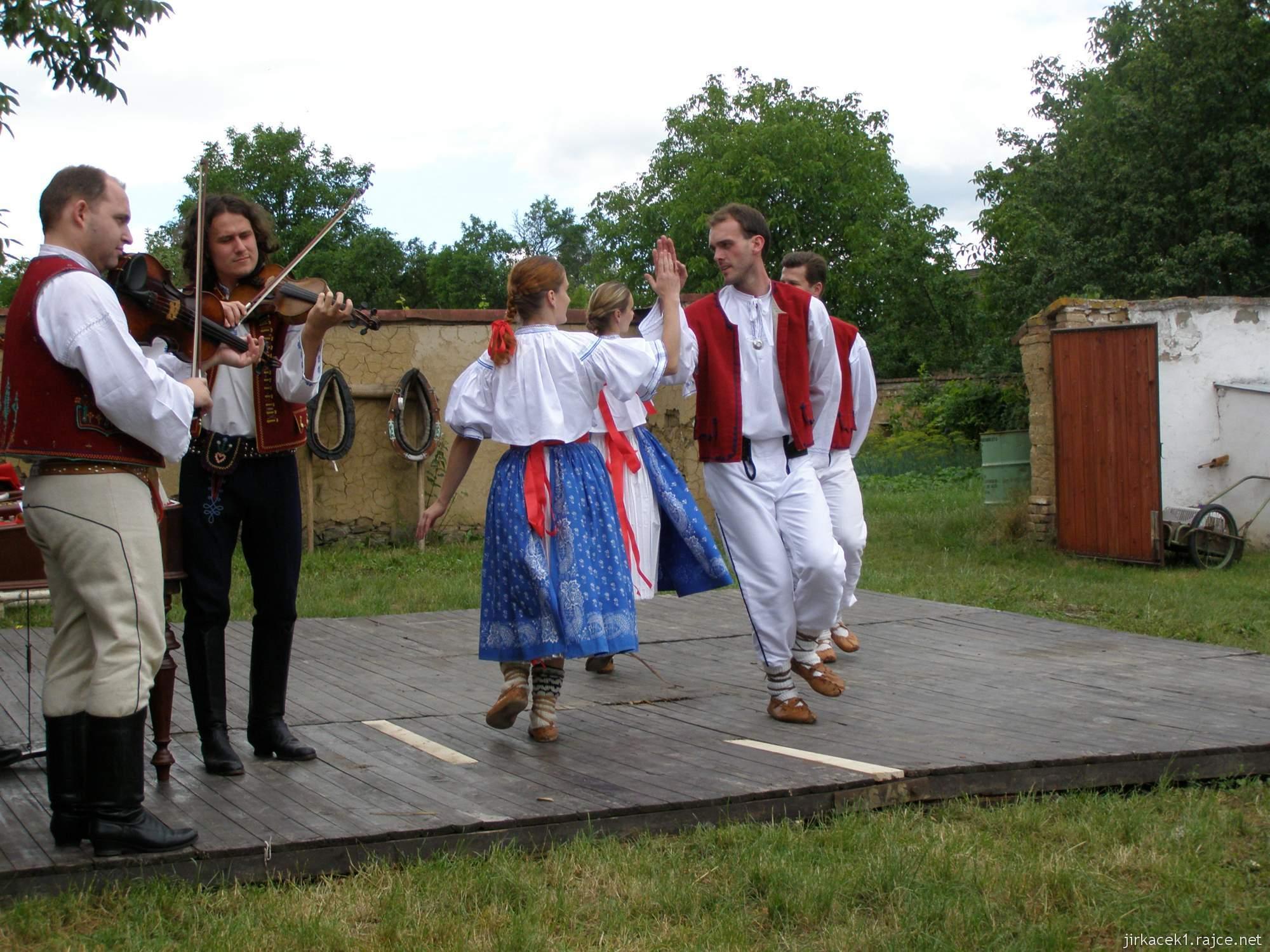 Hanácké skanzen Příkazy - vystoupení na pódiu na nádvoří