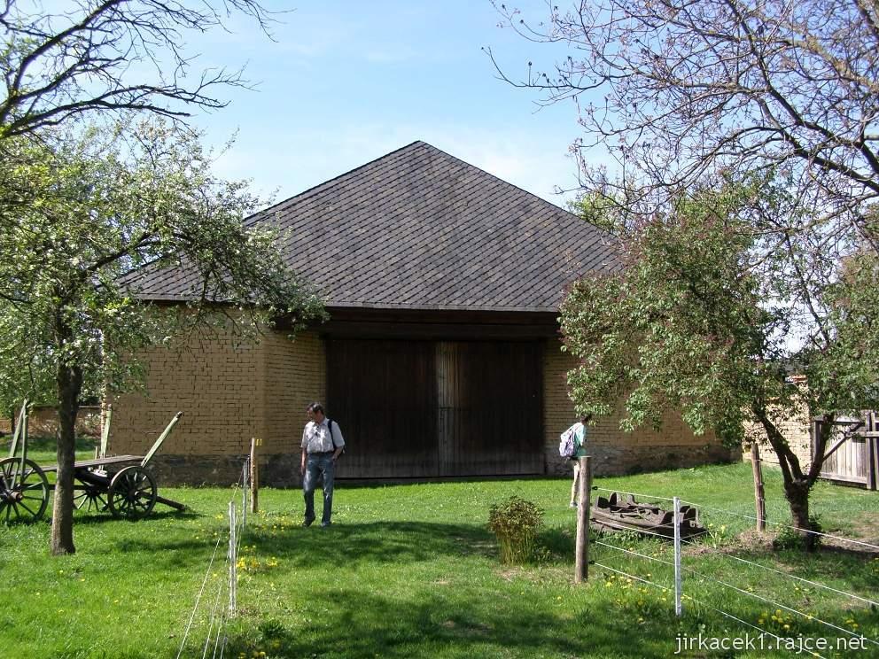 Hanácké skanzen Příkazy - jedna z hliněných stodol