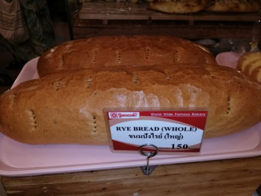 Tady se na chleba těžce dělá. 150,-BHT tj. 106,-Kč je docela dost.