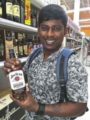 Shanaka koupil dárek pro tatínka.
