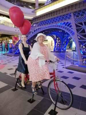 Projížďka pod Eiffelovou věží.