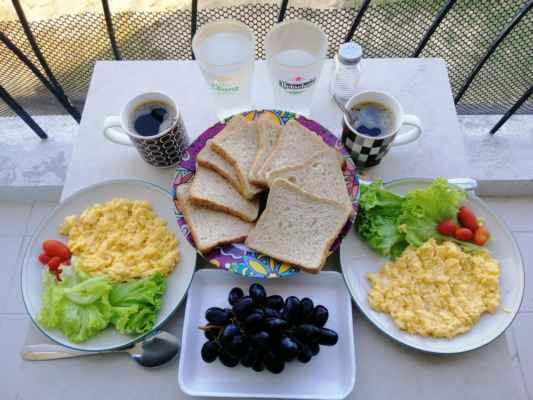 Snídaně na balkoně. Shanaka má moc rád michaná vajíčka.