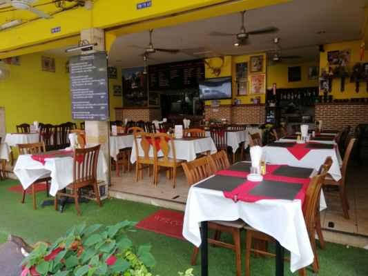 Restaurace jsou prázdné. Je málo turistů.