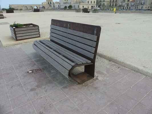 Zajímavá lavice. Jak to asi ohnuli z jednoho kusu plechu?