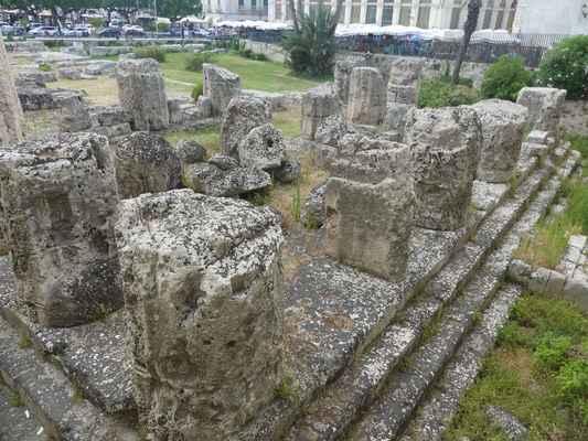 Apollónův chrám (Tempio di Apollo) – dnes už pouhé ruiny nejstaršího dórského chrámu na Sicílii z roku 570 př. Kr.