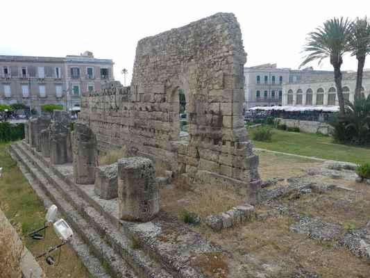 Uprostřed města se nalézá archeologické naleziště Temple of Apollo. Apollónův chrám v Syrakusách.