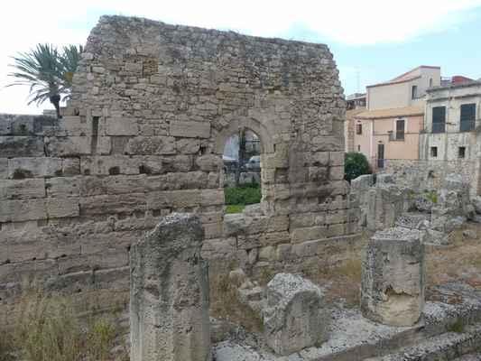 Uprostřed města se nalézá archeologické naleziště Temple of Apollo.