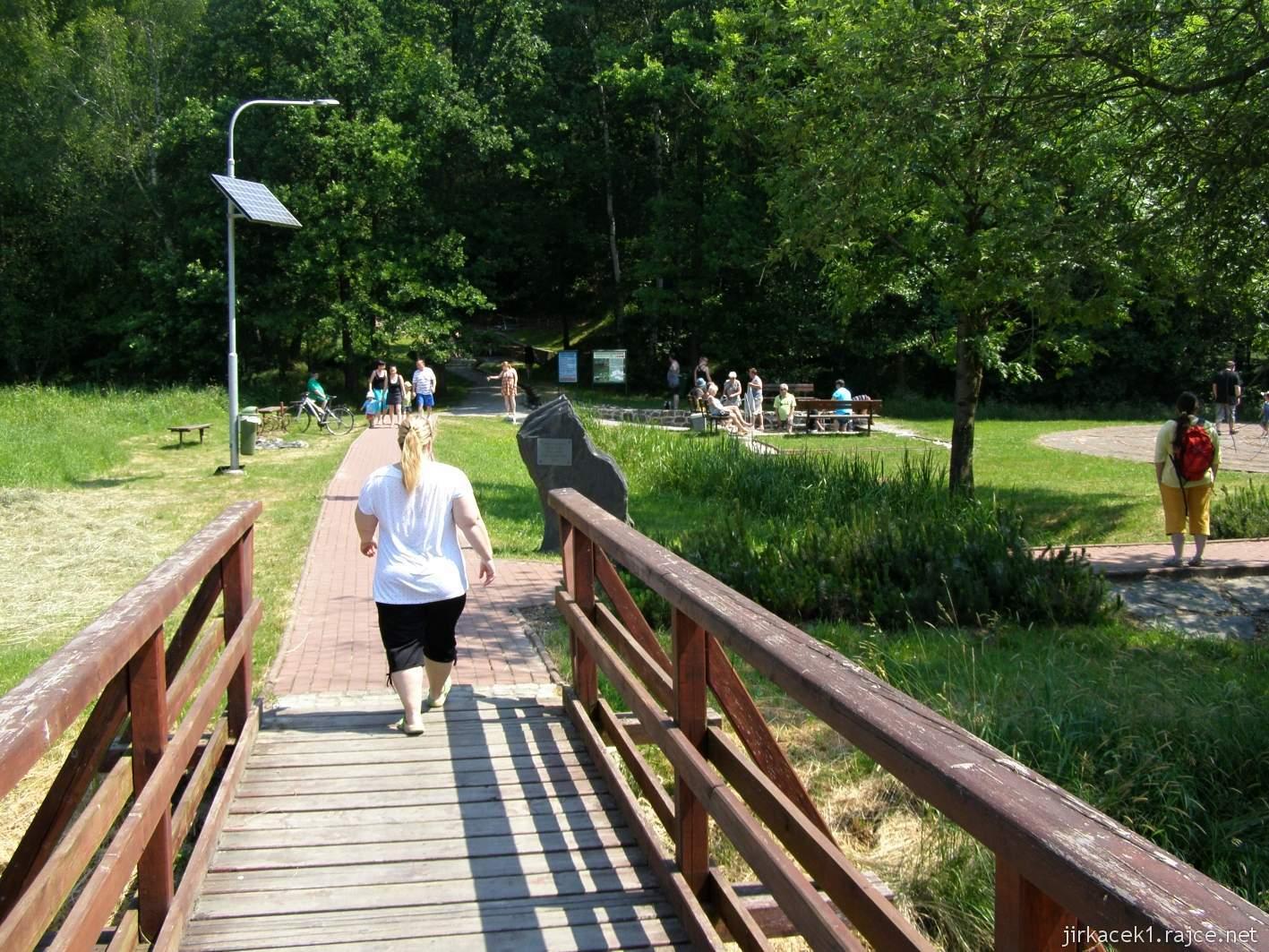 Bělá - Priessnitzovy přírodní lázně 01 - vstup do areálu a vpravo Křesťanský labyrint