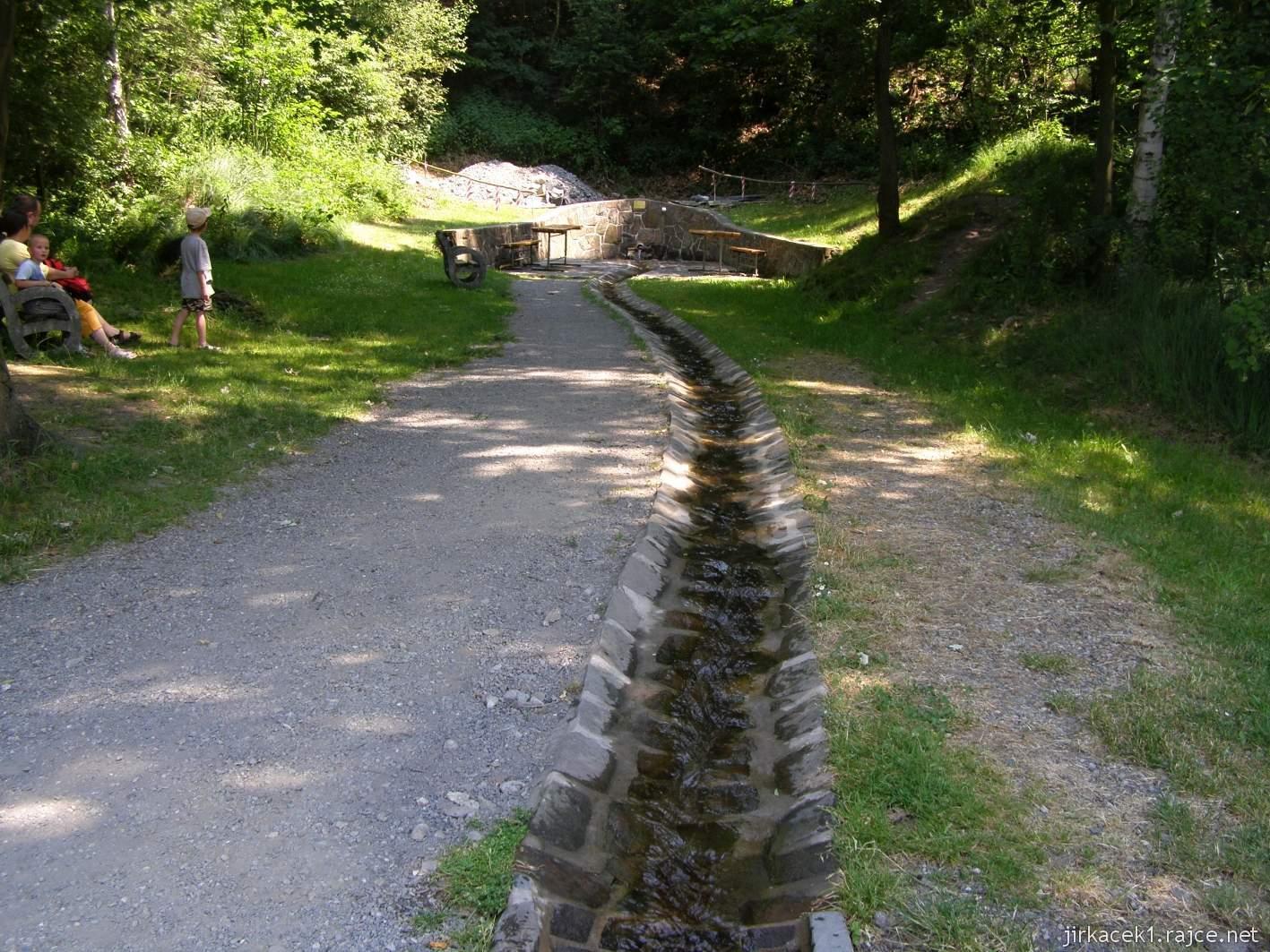 Bělá - Priessnitzovy přírodní lázně 10 - tok vody z pramene do koupacího bazénku