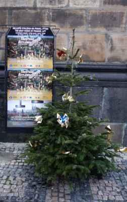 Pozdrav Vánoc u vchodu do věže.