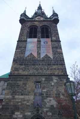 Pod Jindřišskou věží jsme se nakonec sešly 4. Nebo spíš 3,5 - já, HMS a Jana s Emou (4 roky).