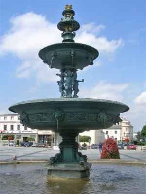 Historizující litinová kašna uprostřed Masarykova náměstí v Karviné-Fryštátu doplňuje příjemný vzhled tohoto cenného historického jádra města. Kašna byla postavena v roce 1900 na místě původní kamenné vodní nádrže z konce 18. století, která nahradila dřevěnou vodní nádrž z 16. století. Mnohem dekorativnější nová fontána byla zhotovena podle návrhu Georga Wirtha z Vídně. Kašna je vysoká 5 m a její hlavní části tvoří dvě mísy. Kolem kašny je široká kruhová kamenná nádrž. Spodní část litinové kašny je zdobena plastikami delfínů, ve střední části se nachází putti, kteří představují čtyři roční období, vrcholek zdobí zlacená růžice. Voda z obou mís vytéká lvími hlavami. Večer je kašna osvětlená.
