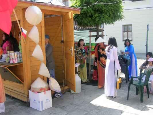 Karviná-Fryštát / Vietnamské ženy v tradičních šatech.