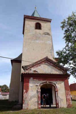 Kostel sv. Václava - Původně románský kostel, ve 2. polovině 16. stol. byly provedeny vnitřní stavební úpravy - zvýšení podlah, nahrazení původních románských a gotických oken současnými a náhrada dřevěného stropu klenbou. Později prováděny drobné barokní úpravy. Ve věži kostela jsou dva zvony. Kostelní varhany postavil varhanář E. Š. Petr, pocházejí z r. 1902. Hlavní barokní oltář je ze druhé třetiny 18. stol. Boční oltáře a kazatelna jsou pseudorománské.