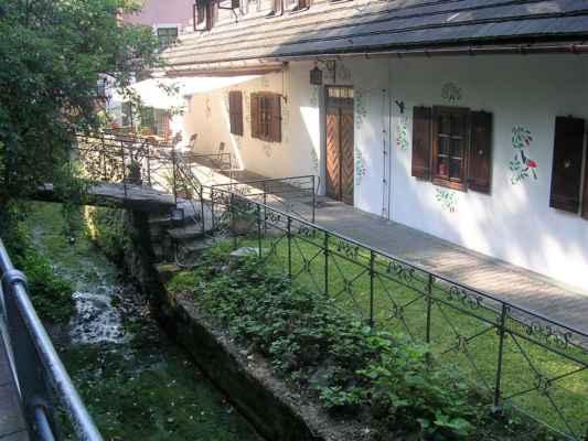 Cieszyn - Těšín - tzv. těšínské Benátky (Cieszynska Wenecja) jsou součástí starého města v polském Těšíně. Jedná se o část současné ulice Przykopa, která zahrnuje budovy z 18. – 19. století, mnoho z nich s mosty přes říčku Młynówku. V hospodě na obrázku vám naservírují české pivo, dají vám do něj ovocnou šťávu a jestli budete chtít, tak vám ho i ohřejí.