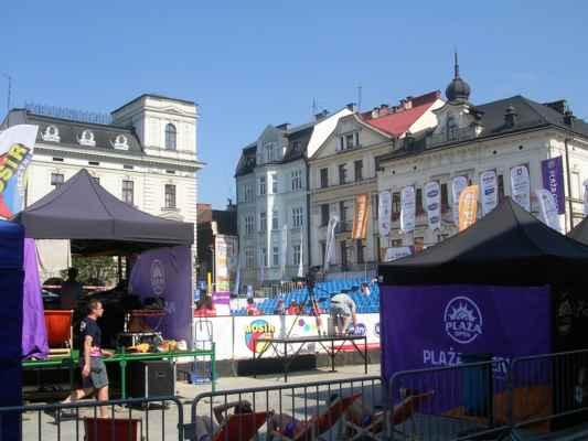 Cieszyn - Naši severní sousedé Poláci milují volejbal. Jsou v něm tak dobří, že několikrát vyhráli MS. U nás sledujeme společně na náměstích hokej, v Polsku si na náměstích staví tribuny a sledují volejbal.