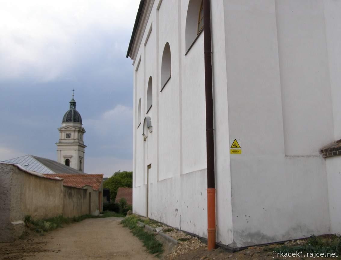 Dolní Kounice - Chrám svaté Barbory (lidově Barborka, dříve kaple svatého Fabiána a Šebestiána) - boční pohled