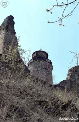 vykukuje vyhlídková věž....