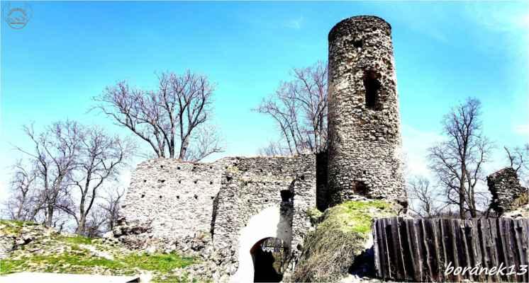 věž a část hradeb vstupní brány....