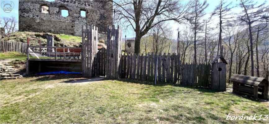 hradby na rytířské hry i s boudou pro pejska....