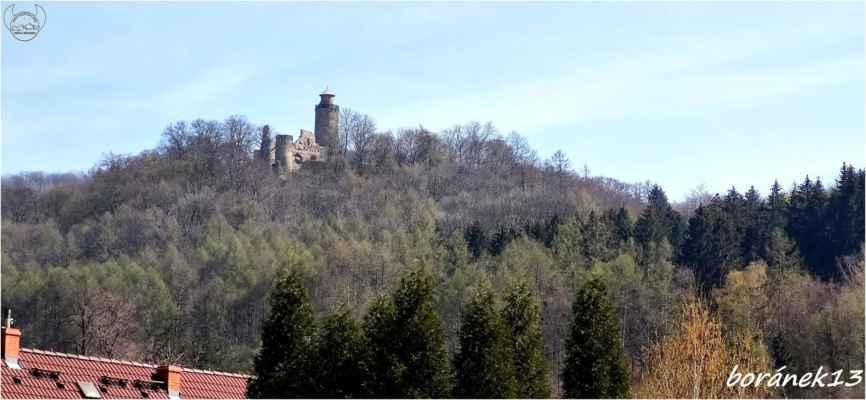 pohled na hrad z návsi.....